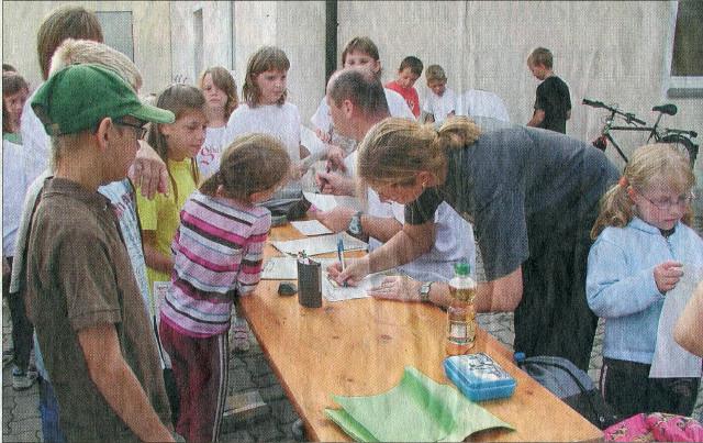 Großer Andrang herrschte am Stand von Ute und Thomas Döhler, die den Kindern die Laufkarten aushändigten.