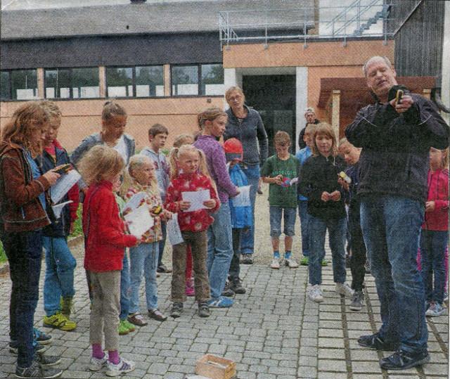 Bevor es los ging, wiesen Ute und Thomas Döhler die Kinder auf dem Schulhof in die Technik der GPS-Geräte ein.